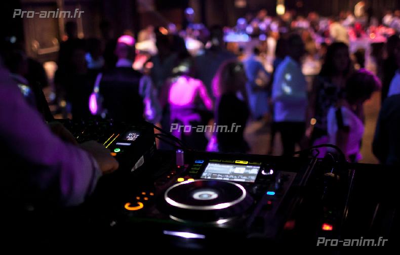 vus recherchez un bon dj à Lyon, chez zpro-anim choisissez un dj qui vous fera danser jusqu'au bout de la nuit sur une programmation musicale généraliste.